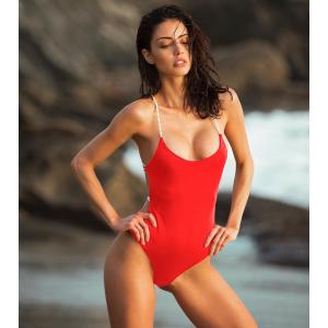 Слитный красный купальник с невероятной спинкой